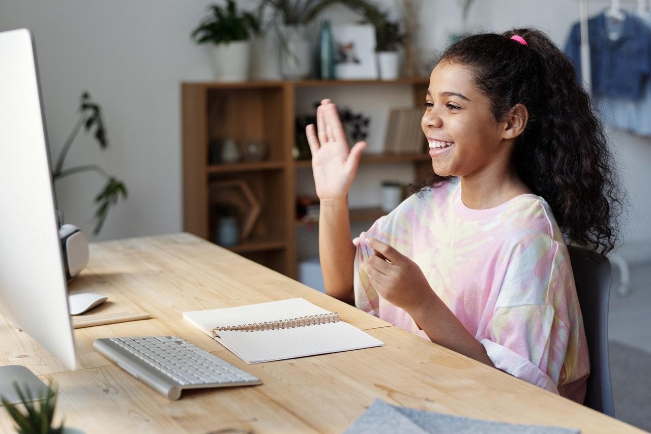 Criança praticando aula de ingles online